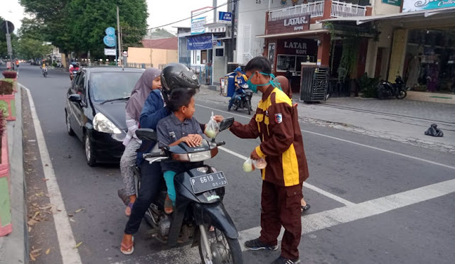 Para pelajar MAN Lumajang membagikan takjil dan masker