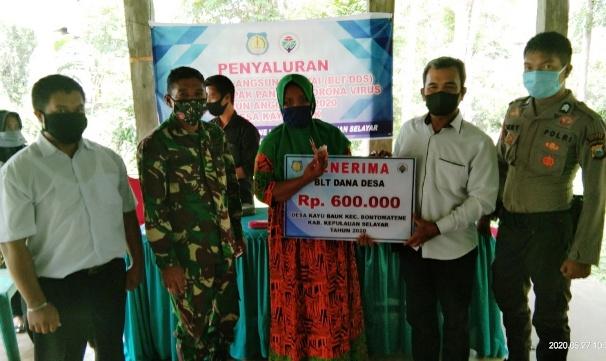 40 KK Warga Desa Kayu Bauk Kecamatan Bontomatene Selayar Terima BLT DD