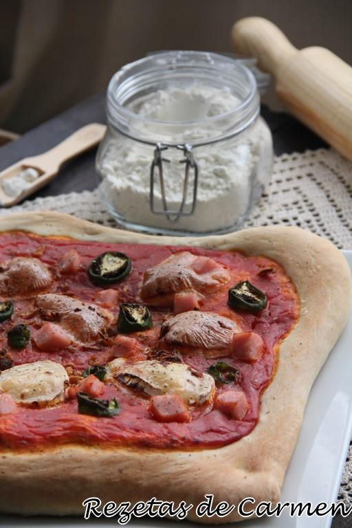 Pizza con queso de cabra, cebolla y pimientos