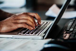 Halo Pengunjung Blog Olahan Internet! Ada banyak peluang usaha yang bisa kamu garap di tahun ini. Tapi kira-kira peluang usaha apa yang paling menguntungkan? Daripada kalian pusing mikir sendirian dan ujungnya malah nggak mulai-mulai.     Baca Terus Artikel Blog ini! Soalnya, aku bakal kasih tahu 10 peluang usaha kreatif yang bakal ngetren di tahun ini. Kita juga bakal bagi-bagi Tips gratis yang bisa membantu kalian untuk memulai peluang usaha. Ayam jantan bunyinya kukuruyuk~ Kita langsung mulai aja yuk! Sebelum kita mulai, jangan lupa untuk Berlangganan dulu melalui Email dan nyalain lonceng notifikasi, biar kalian nggak ketinggalan info terbaru dari kita.    10 peluang usaha kreatif yang bakal ngetren di tahun ini 1.Yang pertama, produk ramah lingkungan.   Ilustrasi:Produk Ramah Lingkungan    Kalian tahu nggak selama 2019 kemarin, Google mencatat ada kenaikan pencarian produk ramah lingkungan hingga tiga kali persen. Buktinya, sedotan stainless, sedotan bambu, booming banget di tahun kemarin.    Nah, diprediksi tahun ini tren tersebut masih akan bertahan. Kira-kira produk ramah lingkungan apa sih yang bisa kamu tawarkan ke pasar?  Sangat Banyak Tentunya,Kamu bisa baca Pilihan Bisnis Terbaik Di akhir Artikel ini.  2.Yang kedua, kursus online     Kursus Online    Kamu punya keahlian tertentu? Senang belajar dan mengajar orang lain? Kayaknya bisnis yang satu ini cocok buat kamu. Tidak seperti kursus pada umumnya, kursus online tidak perlu menyewa tempat dan membayar karyawan. Kamu bisa memulainya sendirian di rumah. Peserta kursus pun tidak harus terikat pada waktu dan jam tertentu. Mereka bisa menentukan sendiri kapan dan di mana mereka mau belajar. Nah, untuk memulai bisnis ini, kamu bisa mulai mendaftar menjadi tutor di beberapa website kursus online.    Tapi kalau misalnya kamu punya materi kursus dan strategi yang unik, bakalan lebih lebih oke kalau kamu punya website sendiri.  3.Yang ketiga, affiliate marketing atau afiliasi.  Kamu dipercaya banyak orang atau p