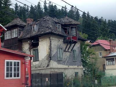 Zniszczony, rozpadający się dom w Transylwani