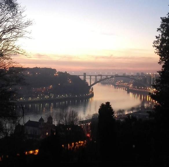 vista do rio Douro, da Ponte da Arrábida e do pôr do sol