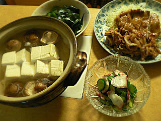 夕食の献立 湯豆腐 鶏豚生姜焼き タコとキュウリの酢の物