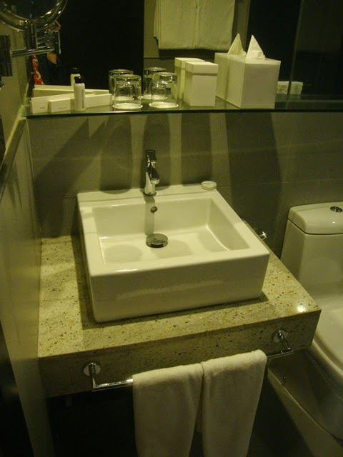 F1 HOTEL MANILA, FORT SUITE BATHROOM, FORT SUITE