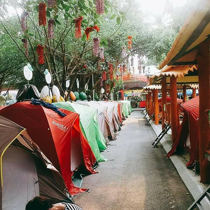 Lều cắm trại được các ban tổ chức dựng trước