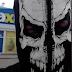 Un champion qui va faire son épicerie déguisé en squelette!