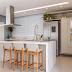 Cozinha clean com ilha em quartzo stone calacata e azulejo azul!
