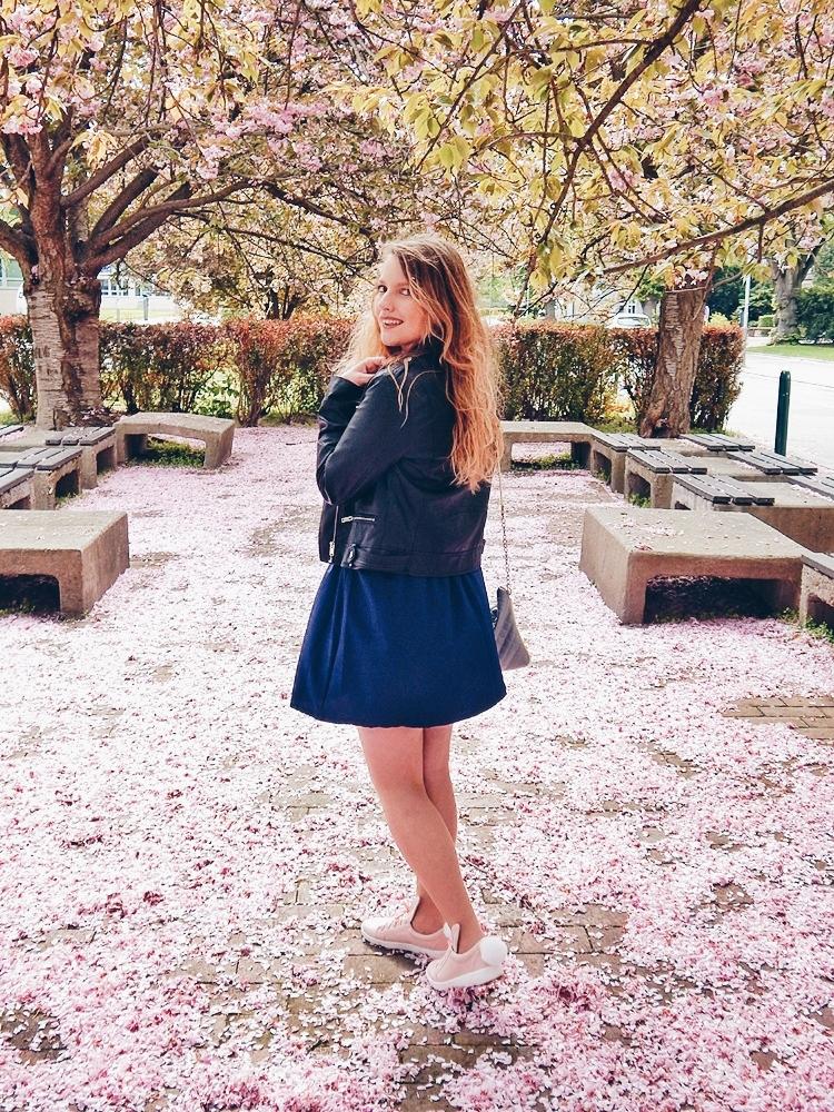 2 melodylaniella gamiss manzana różowe sneakersy króliczki granatowa sukienka skórzana ramoneska pikowana listonoszka szara manzana praga photoshoot sesja zdjęciowa fashion style modnapolka lookbook ootd girls