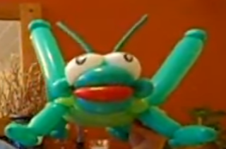 Großer grüner Grashüpfer als Ballontier modelliert.