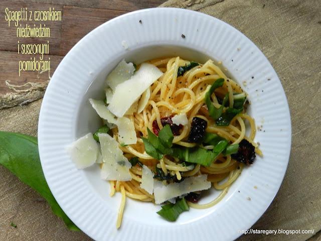 Spagetti z czosnkiem niedźwiedzim i suszonymi pomidorami