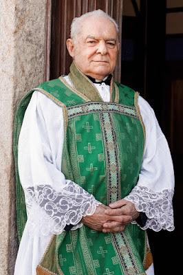Othon Bastos será um padre em 'Éramos Seis' — Foto: Globo/Raquel Cunha