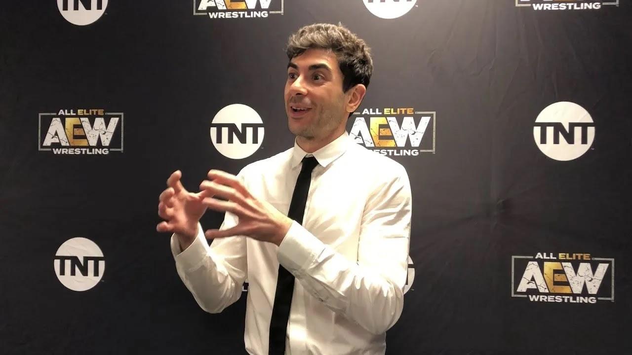 """Tony Khan desconversa sobre a AEW """"competir"""" com a WWE nesta semana"""