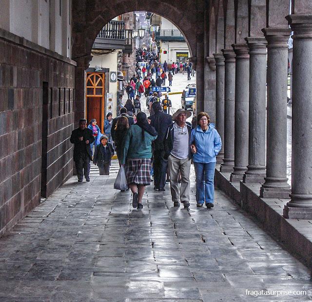 Paredes incas e arcadas espanholas em Cusco, Peru