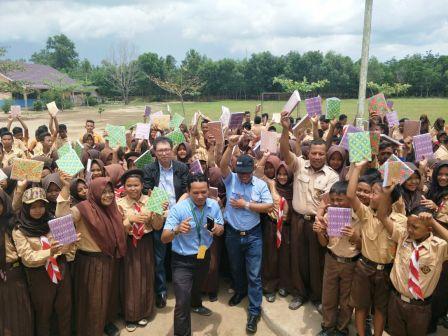 PT OKI Pulp Bantu Akses Internet dan Sumbang 6000 buku