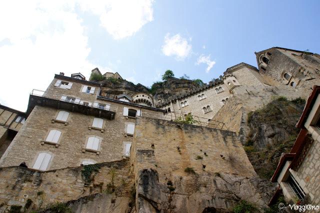Vista dal  basso dei santuari di Rocamadour e del castello