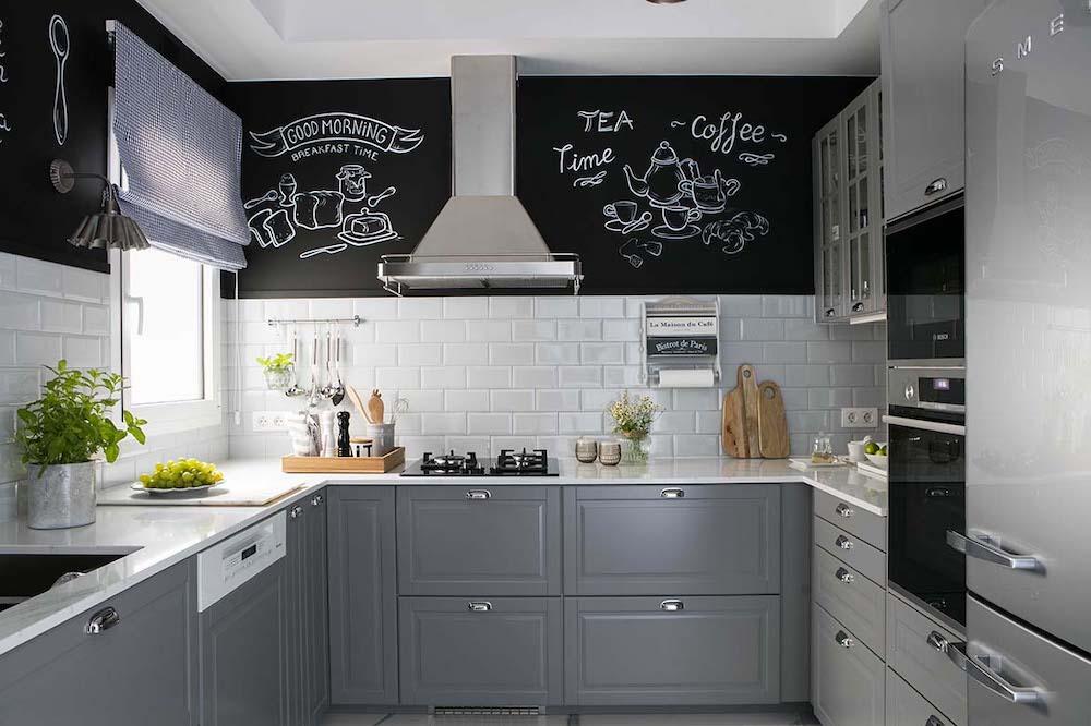Cocina de estilo industrial con frente de ladrillo y mármol blanco