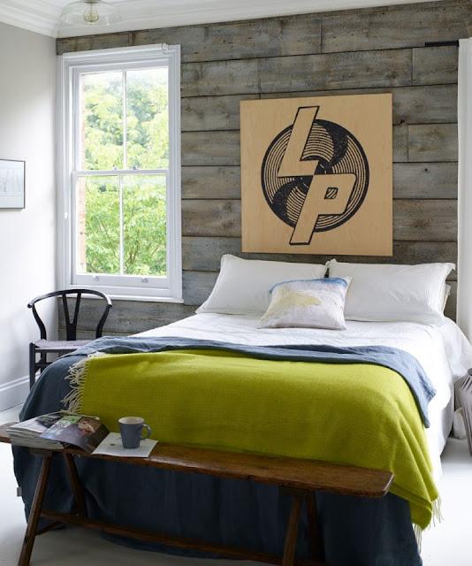Kamar tidur dengan dinding dan karya seni berlapis kayu