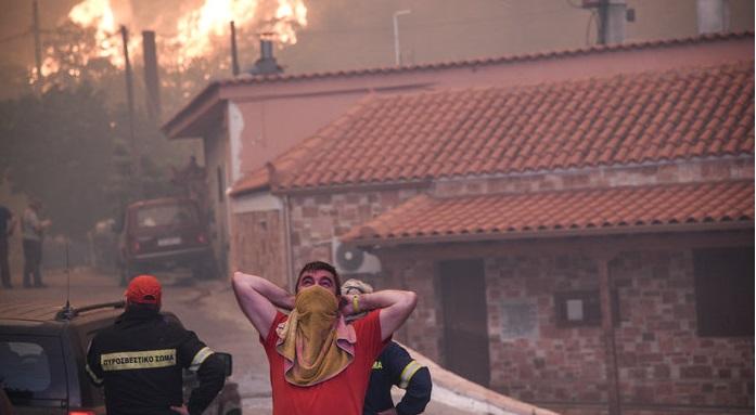 Συγκλονιστικές εικόνες από τη φωτιά στην Εύβοια: Στις αυλές των σπιτιών οι φλόγες