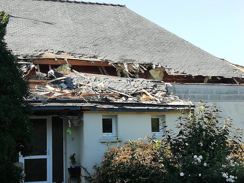 Lidmašīna sabojā mājas jumtu