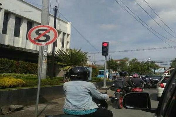 Rambu Dilarang Stop ini Berdekatan Dengan Lampu Lalu Lintas, Netizen