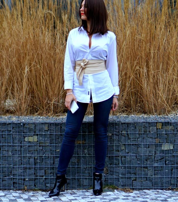 Panská košile s páskem jako elegantní outfit pro ženu.