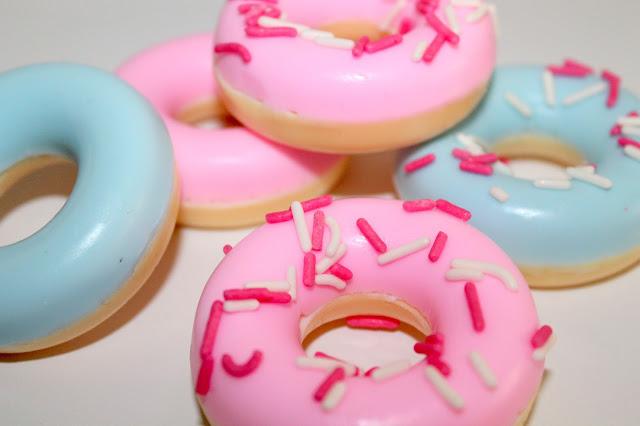 DIY, Basteln: Donut Seite mit rosa und blauem Guss als Geschenkidee, Kosmetik, Beauty und Wohndekoration - DIYCarinchen
