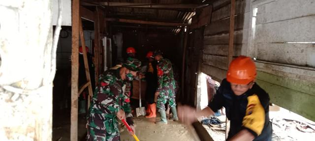 Kompak Personel Jajaran Kodim 0207/Simalungun Bersama Dinas Terkait Laksanakan Pembersihan Banjir