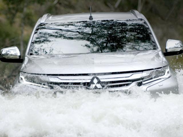 Mobil Mitsubishi Pajero Menerobos Banjir