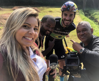 Henrique Avancini e a equipe do Esporte Mágico - Divulgação/SBT