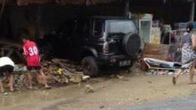 Kecelakan, Mobil Seruduk Warung di Ulaweng