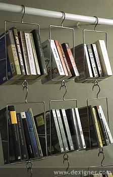 Librero con objetos reciclado