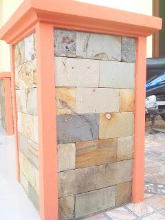 Batu paras menghias tiang teras rumah