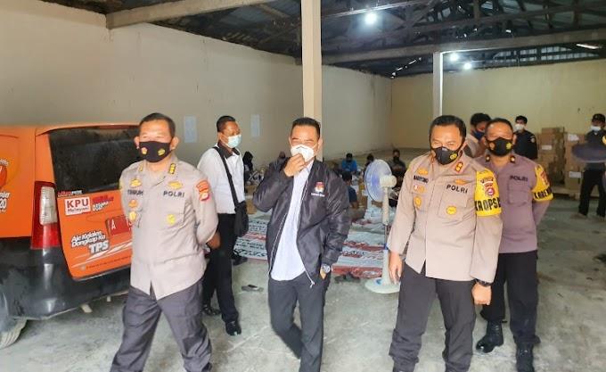 Pastikan Kesiapan Logistik, Kapolres Serang bersama Karolog Polda Banten Cek Gudang KPU