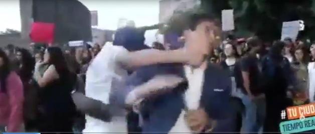 Video: Sốc cảnh nam phóng viên bị đấm bất tỉnh khi đang đưa tin
