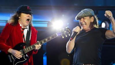Angus Young y Brian Johnson, de AC/DC durante un concierto