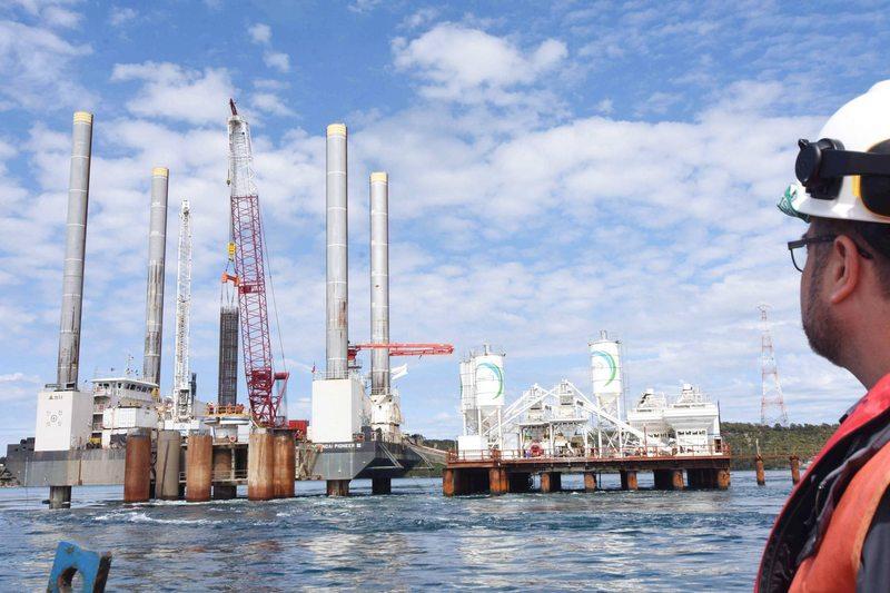 Instalan tercer pilar del Puente del Chacao
