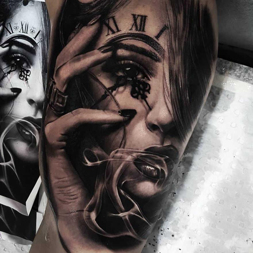Tatuaje de una cara sobre la que se proyecta un reloj
