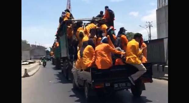 Naik Mobil Bak, Siswa STM Merapat ke Gedung DPR