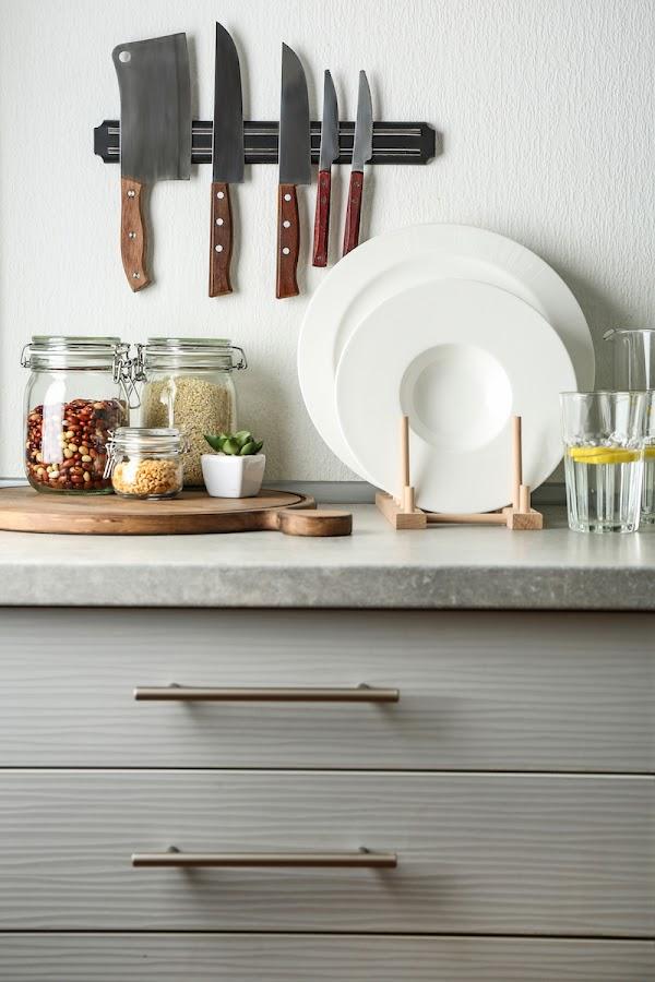 Tira de imán para los cuchillos en la cocina