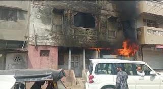 शहर के मुख्य मार्ग शनवारा क्षेत्र में सुने पड़े मकान में अचानक लगी आग, जिससे क्षेत्र में मचा हड़कंप