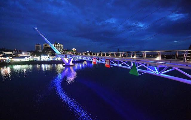 Jambatan Darul Hana  menjadi daya tarikan pelancong dan mercu tanda bandar raya Kuching Sarawak.