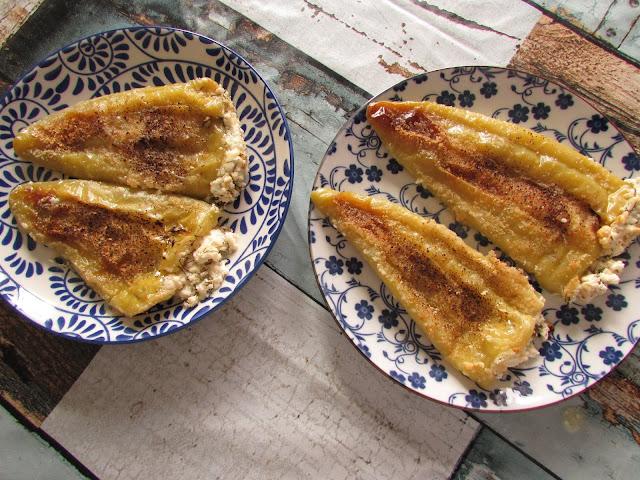 Pieczona zielona papryka faszerowana serkiem Katiki Domokou