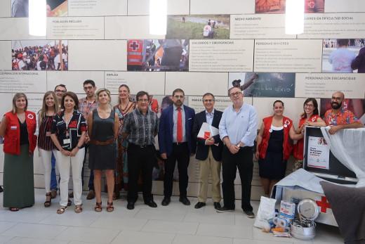 El conseller de Transparencia, Responsabilidad Social, Participación y Cooperación, Manuel Alcaraz, y el presidente autonómico de Cruz Roja, Javier Gimeno, han firmado la renovación del convenio en materia de acción humanitaria a través de los Centros Logísticos de Emergencias Internacionales de la Comunitat Valenciana para 2018