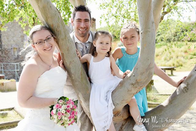 portrait mariés avec leurs filles, photo fun dans les arbres