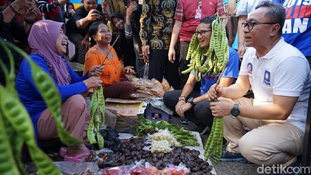 Gaya Rambut 'Petai' Sandiaga saat Kunjungi Pasar di Subang