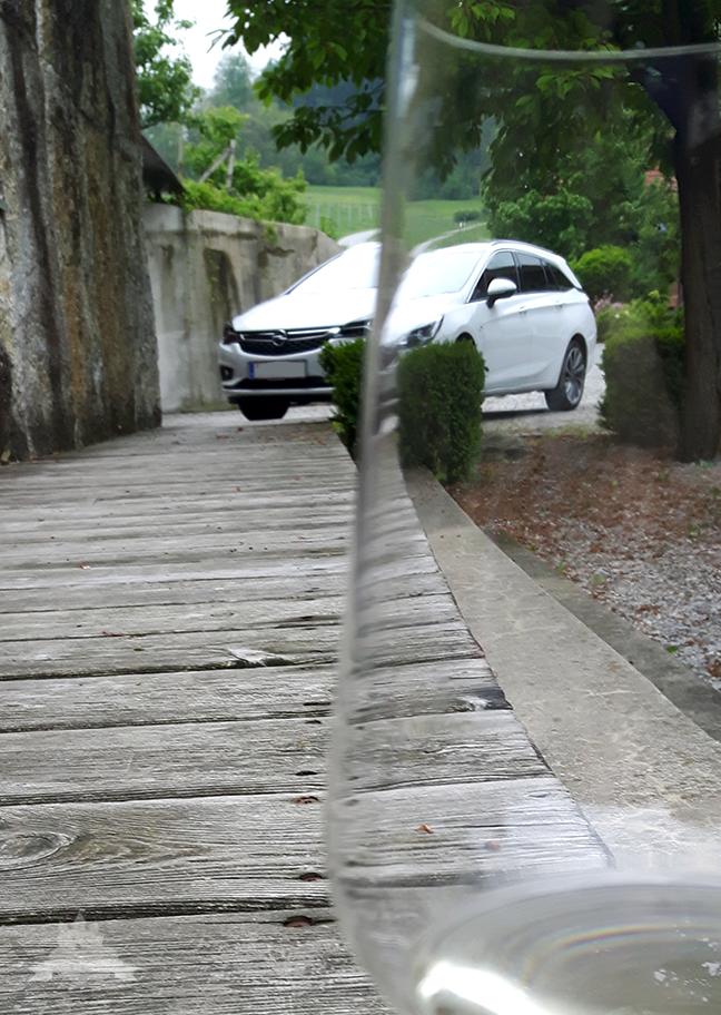 Opel Astra hinter Weinglas Schnappschuss