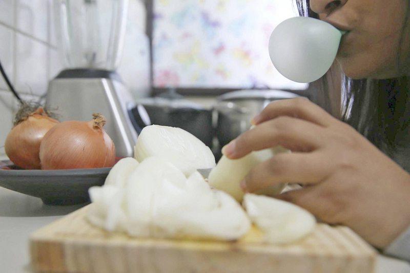 Es cierto que mascar chicle mientras pica cebolla evitará que llore