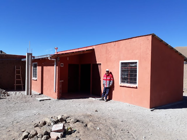 Die Familien in Kollpani, die in extremer Armut leben, haben vom Staat Sozialwohnungen bekommen. Das neue Haus gehört nun ihnen, und sie freuen sich riesig darüber. Im ganzen Land wurden zig Tausende dieser Wohnungen gebaut.