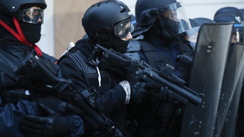Un policier a-t-il tiré à bout portant sur un manifestant avec son LBD ?