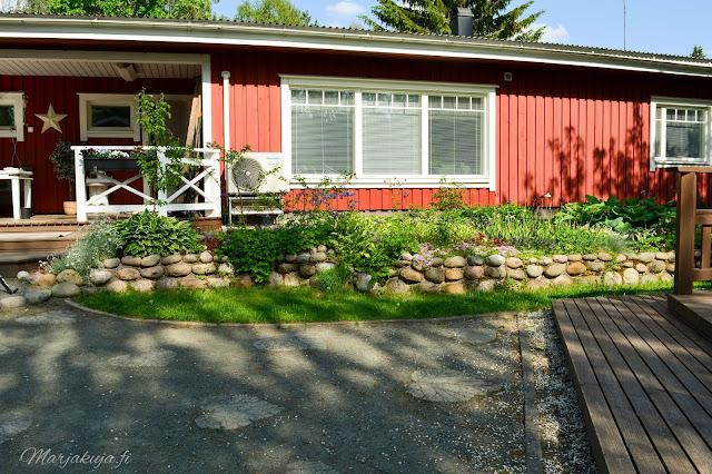 piha puutarha terassi patio kotipiha takapiha kesä  talo kukkapenkki